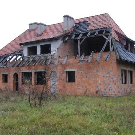 Budynek pod lasem widać z drogi w okolicy Szlichtyngowej. Wiele osób się zastanawia dlaczego tak niszczeje.