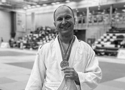 """Kolejna smutna wiadomość. W Anglii w wieku 46 lat zmarł pochodzący z Kielc Adam Kowalski, były judoka Błękitnych Kielce (1992 - 1993), UMKS Żak Kielce (1996 - 1999). W kadrze narodowej był sparingpartnerem Beaty Maksymow. Zmarł na atak serca w Anglii. Nadal trenował judo i to z powodzeniem. Przygotowywał się do mistrzostw Europy weteranów i do mistrzostw świata weteranów w Krakowie. -Adasia dobrze znałam, trenowałam z nim w Żaku. Jak byłam w Anglii to się spotkaliśmy. Bardzo miły, pogodny, życzliwy człowiek. Jeśli ktoś Go poprosił o pomoc, to nigdy nie odmawiał. Przygotowywał się do mistrzostw świata weteranów w Krakowie. Mieliśmy się spotkań... Niestety, przyszła ta smutna wiadomość, z którą trudno się pogodzić - powiedziała Kinga Kubicka, znana kielecka judoczka. -Bardzo pozytywna jednostka. Zawsze uśmiechnięty, życzliwy. Ostatnio widzieliśmy się dwa lata temu na turnieju weteranów. Tragedia...Wielka strata - powiedział Jacek Słowak, były judoka, obecnie znany podróżnik.   Śmierć Adama Kowalskiego poruszyła wiele osób, o czym świadczą chociażby wpisy w mediach społecznościowych. """"Adaś! Kto by pomyślał, przecież byłeś niezniszczalny!"""" - napisała Edyta Witkowicz, była utytułowana judoczka Błękitnych Kielce. """"Drodzy Przyjaciele,Adam Kowalski członek naszej drużyny narodowej na Mistrzostwa Europy Masters w Glasgow zmarł nagle na atak serca w ostatni piątek.Powstała inicjatywa aby pomóc rodzinie w przetransportowaniu Adama do Polski.Można wpłacać dowolne kwoty na ten cel korzystając z zamieszczonej w następnym poście stronie"""" - napisał Krzysztof Czupryna.(dor)"""