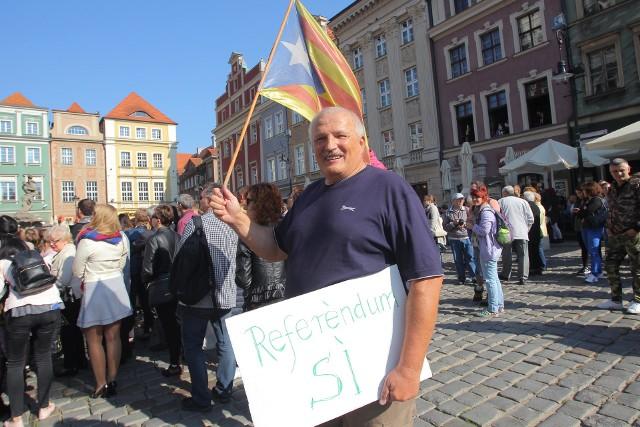 Andrzej Sałaciak z flagą Katalonii na poznańskim Starym Rynku