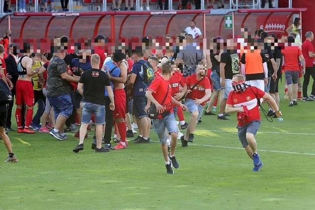 Oto komunikat policji w sprawie wydarzeń na stadionie Widzewa.Policjanci podczas zabezpieczenia meczu piłkarskiego pomiędzy Widzewem Łódź a Zniczem Pruszków zatrzymali 6 osób w związku z naruszeniem przepisów m.in. dotyczących bezpieczeństwa imprez masowych.Mecz rozpoczął się punktualnie o godzinie 17:00 na stadionie przy al. Piłsudskiego. Już kilka minut po pierwszym gwizdku kibice rozwinęli tzw. sektorówkę a także odpalili flary koloru białego i czerwonego. Tuż po zakończeniu meczu organizator wystąpił do policji o interwencję w związku z wtargnięciem na płytę boiska kilkudziesięciu kibiców. Policjanci użyli środków przymusu bezpośredniegoZobacz ZDJĘCIA czytaj na kolejnych slajdach
