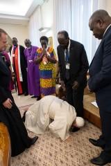 Papież Franciszek ucałował stopy przywódcom Sudanu Południowego i prosił ich, by walczyli o pokój w swoim kraju