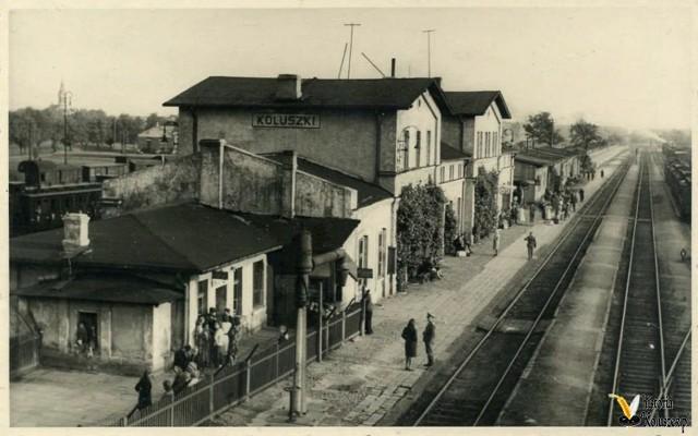 19 listopada 1865 otwarto połączenie kolejowe Koluszek z Łodzią Fabryczną (tzw. Droga Żelazna Fabryczno-Łódzka).