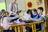 Zarobki nauczycieli 2020. Tyle więcej dostaną wkrótce na konto nauczyciele