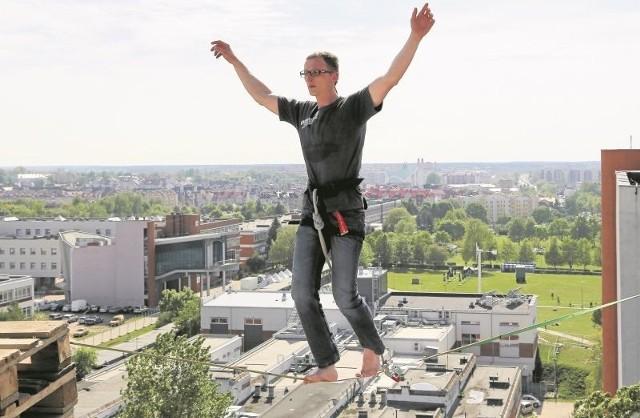 Antoni Michalski (na zdjęciu podczas wczorajszego treningu) od lat zajmuje się slackline'm (dyscyplina sportowa polegająca na chodzeniu po taśmie rozwieszonej i napiętej między dwoma punktami na różnej wysokości). Jego pokazy będą jedną z atrakcji studenckiego święta.