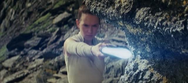 """Pierwszy pełny zwiastun filmu """"Gwiezdne wojny: ostatni Jedi"""" pojawił się w sieci. Najnowszy trailer VIII epizodu sagi """"Gwiezdne Wojny"""" już jest dostępny. Premiera filmu """"Gwiezdne wojny: ostatni Jedi"""" już w grudniu! Fani """"Gwiezdnych wojen"""" mają powody do radości. Na nową część kultowego filmu musieli czekać aż dwa lata!Akcja filmu """"Gwiezdne wojny: ostatni Jedi"""" rozgrywać się będzie bezpośrednio po wydarzeniach z poprzedniej części, czyli po zdarzeniach, które oglądaliśmy w """"Przebudzeniu mocy"""".Film """"Gwiezdne wojny: ostatni Jedi"""" trafi do kin w połowie grudnia. Polska premiera filmu """"Gwiezdne wojny: Ostatni Jedi"""" zaplanowana jest na 14 grudnia 2017 roku, ale już teraz można kupić bilety na najbardziej oczekiwaną premierę roku. Na stronach sieci kin Helios, Multikino i Cinema City można zakupić bilety na seans w wersji z napisami i dubbingiem. Dostępne są seanse 2D i 3D. Pierwsze pokazy odbędą się już 13 grudnia. Trzeba się spieszyć, bo miejsca zajmowane są w bardzo szybkim tempie!"""