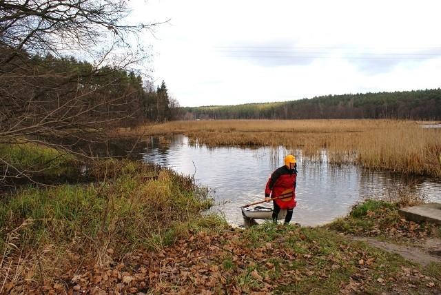 Bagienna dolina Drwęcy rozciąga się szeroko. Na zdjęciu południowy kraniec jeziora Bachotek, z którego ujściowym odcinkiem Skarlanki dopływa się do Drwęcy.