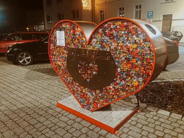 Serce z nakrętkami plastikowymi w Wołczynie.