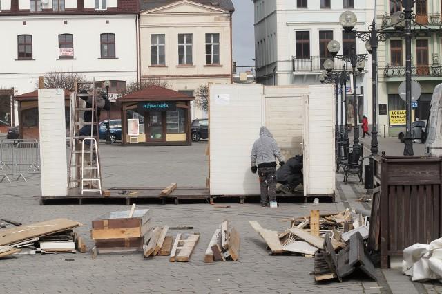 Przedsiębiorcy branży gastronomicznej z Inowrocławia, licząc na zluzowanie obostrzeń związanych z pandemią koronawirusa, rozpoczęli stawianie ogródków piwnych na miejscowym Rynku