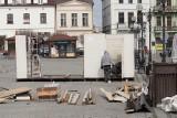 Inowrocław. Rozpoczęło się stawianie ogródków piwnych na Rynku w Inowrocławiu. Zdjęcia