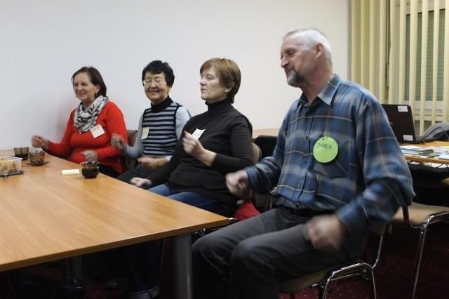 Jednym z hitów spotkań z seniorami jest taniec... na siedząco. To doskonała forma ruchu nie tylko dla osób, które mają problemy z poruszaniem się.