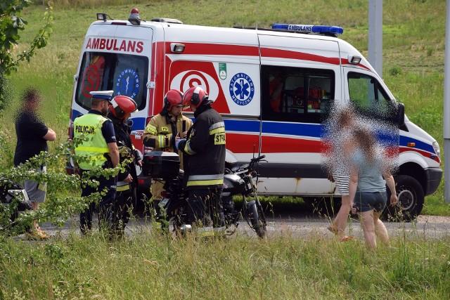 Dzisiaj (czwartek 25.06) doszło do wypadku w Wołczy Małej (gm. Miastko) na drodze krajowej nr 20. Z wstępnych ustaleń policji wynika, że kierowca mazdy zaczął wyprzedzać rowerzystę i motorowerzystę. Wtedy motorowerzysta wykonał manewr skrętu w lewo. I doszło do potrącenia.