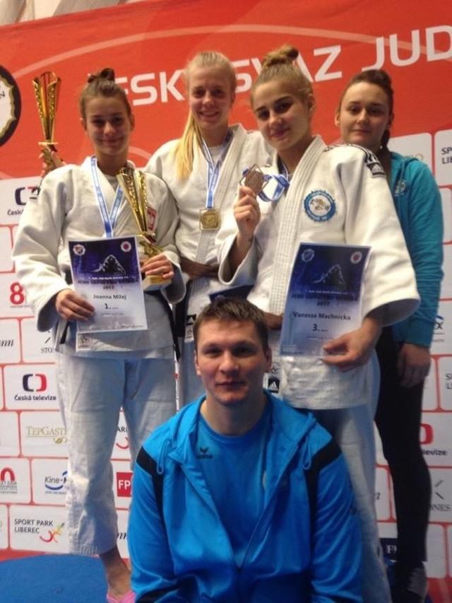 Joanna Milej, Eliza Wróblewska, Vanessa Machnicka i Kamila Busse z trenerem Radosławem Miśkiewiczem