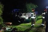 Wypadek w Strzelcach. Samochód uderzył w ogrodzenie, przepust i dachował. Kierowca miał ponad dwa promile