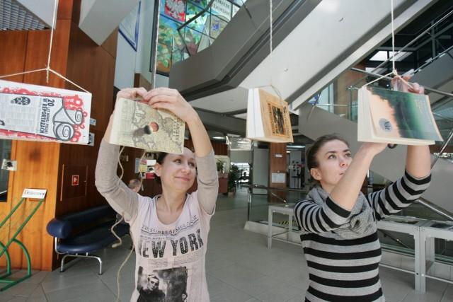 Pod sufitem Biblioteki Śląskiej zawieszono na sznurkach kilkaset książek