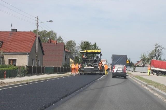 - Pozostało wymalować oznakowanie poziome, co można dokonać po tygodniu od ułożenia asfaltu - informuje Michał Wandrasz rzecznik Generalnej Dyrekcji Dróg Krajowych i Autostrad w Opolu. - Malowanie odbędzie się w przyszłym tygodniu, o ile pogoda pozwoli. Ostatnim etapem będą roboty porządkowe.