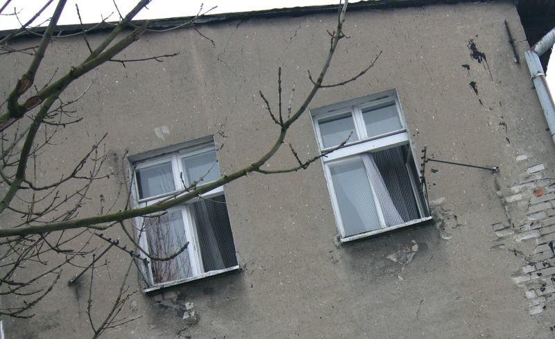 Otwarte okno w oficynie przy ul. Niemcewicza.