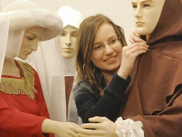 - Habit musi dobrze leżeć - poprawia upięcie Magdalena Nowak z CAK Zamek