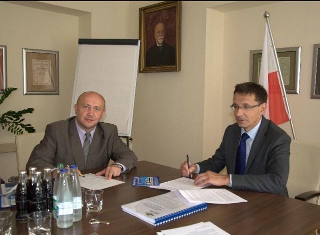 Pięć milionów dla PKS Ostrowiec na zakup nowych autobusów!Prezes Stanisław Wodyński (z lewej) i minister Mikołaj Budzanowski podczas podpisywania umowy o dotacji na restrukturyzacje PKS Ostrowiec.