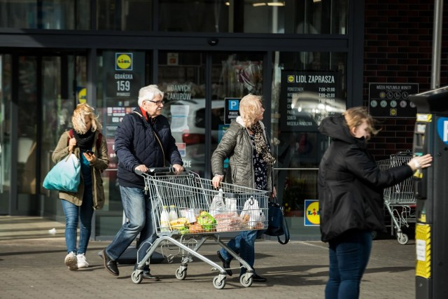 Ranking Dzielnic Otodom prezentuje dane dotyczące dostępności sklepów w okolicy z 12 największych miast w Polsce. W skali od 1 do 5 oceniano czy w pobliżu domu można zrobić wszystkie podstawowe zakupy. Stolica Wielkopolski sytuuje się na drugim miejscu pod względem liczby centrów handlowych, oferując mieszkańcom 20 takich obiektów. Według Rankingu Dzielnic Otodom 2020 to mieszkańcy Poznania, ex aequo z mieszkaniami Katowic najlepiej ocenili dostępność sklepów. W pięciostopniowej skali średnia nota to aż 4,03.Zobacz, w których dzielnicach najłatwiej zrobić zakupy.Przejdź do następnego zdjęcia ----->
