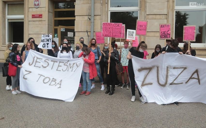 Pokrzywdzoną Zuzannę i jej rodzinę wspierało kilkadziesiąt osób manifestujących przed sądem 15 lipca.
