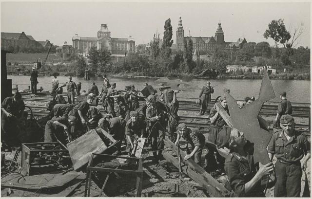 1948 rok. Junacy 16 Brygady Służby Pracy uprzątają z gruzów Nabrzeże Starówka.