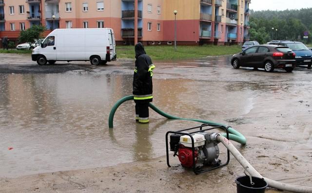 Strażacy starają się nie dopuścić się do zalania osiedla.