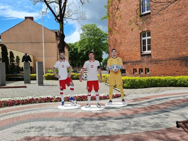 Podobizny zawodników reprezentacji Polski stanęły w Opalenicy. Przedstawiają one 11 piłkarzy.