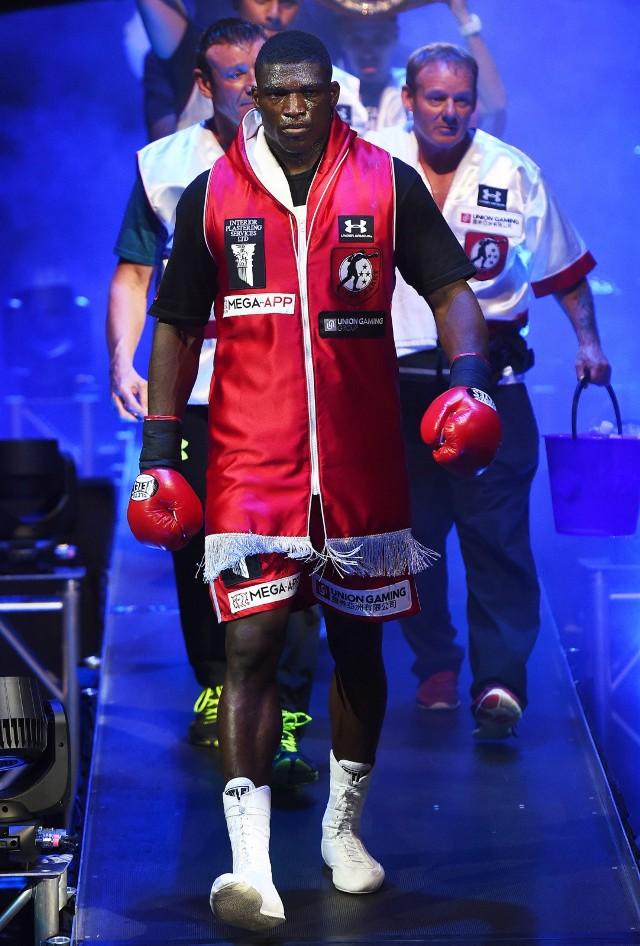 Na zawodowym ringu Izu Ugonoh stoczył 17 pojedynków. Wszystkie wygrał z czego 14 przez nokaut.