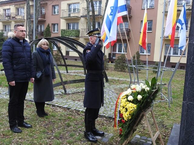 Samorządowcy złożyli kwiaty pod pomnikiem.
