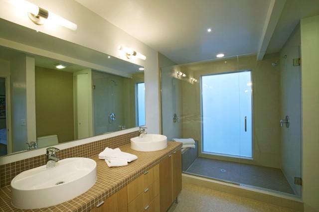 ŁazienkaŁazienkę powinniśmy chronić szczególnie przed wilgocią. Podczas remontu pamiętajmy o odpowiedniej izolacji chroniącej powierzchnie ścian i podłogi przed szkodliwym działaniem wody. Pomogą nam w tym odpowiednie produkty, m.in. fuga wodoodporna i folia w płynie.