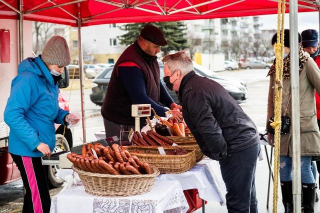 Lokalne targowiska to znakomite miejsca do poszukiwań regionalnych producentów żywności - owoców i warzyw, wędlin i nabiału, przetworów czy jajek. Kiedy jednak na targowisko nam nie po drodze lub wiemy, że danego rolnika lub przetwórcy nie ma w pobliskiej lokalizacji, rozwiązaniem są sklepy internetowe czy wspominany przez nas już wielokrotnie - Kujawsko-Pomorski e-bazarek albo nowe miejsce - sklep internetowy www.lokalna-zywnosc.pl.