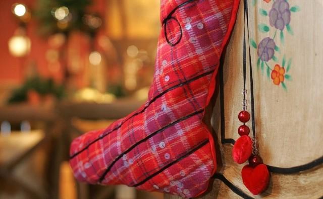 Świąteczna skarpeta zrobiona własnoręcznie będzie pięknym opakowaniem każdego prezentu.