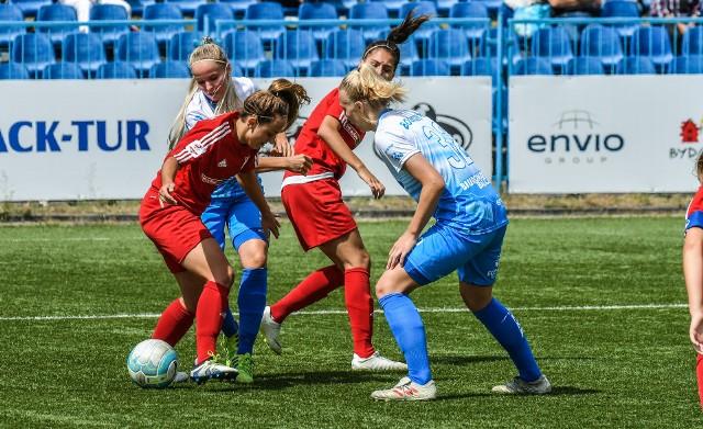Na inaugurację Ekstraligi kobiet KKP Rem Marco Bydgoszcz uległo AZS Wrocław 0:5 (0:3). Piłkarki beniaminka, choć się starały, to nie miały wiele do powiedzenia z silnymi przeciwniczkami. Na  kolejnych stronach zdjęcia z meczu oraz fotki kibiców