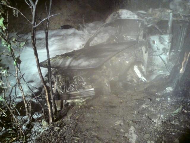 Samochód w wypadku w Radłowie zjechał do rowu i stanąl w płomieniach.