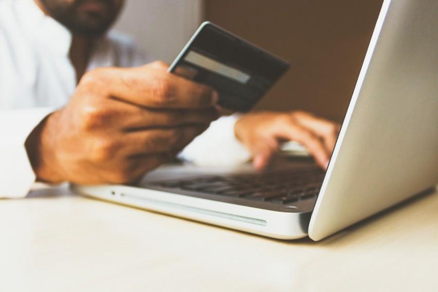 Rachunki musi płacić każdy. Jednak nie wszyscy robią to w wygodny i bezpieczny sposób. Wizyta na poczcie lub wyprawa do agencji bankowej wymaga poświęcenia wolnego czasu i pieniędzy. Dlatego też coraz więcej osób skłania się do płatności internetowych. Dotyczy to także osób starszych, które w obecnej sytuacji epidemiologicznej powinny swoje wyjścia ograniczyć do minimum. Jak płacić rachunki przez Internet? Jak nie dać się oszukać? Sprawdź!