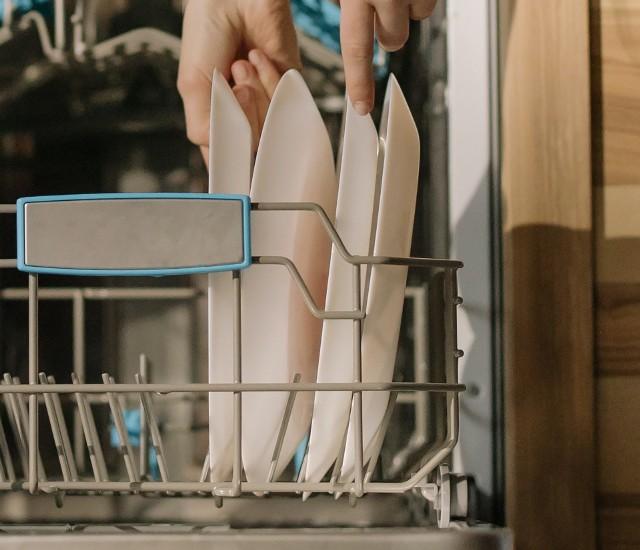 Czysta zmywarka lepiej poradzi sobie z myciem naczyń, nie będzie się zatykała i psuła.