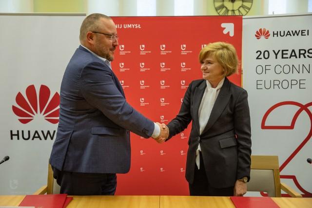 Porozumienie podpisała prof. Elżbieta Żądzińska, rektor UŁ, oraz Ryszard Hordyński, dyrektor ds. strategii i komunikacji w Huawei Polska