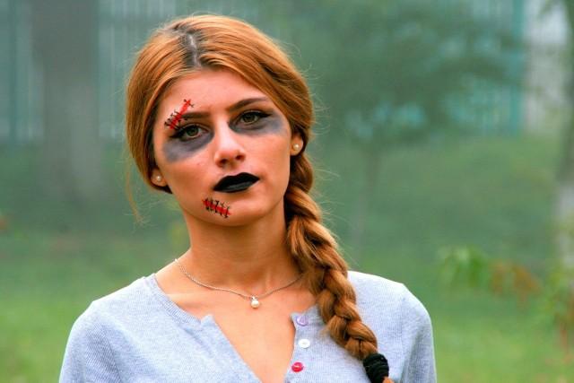 Makijaż na Halloween wcale nie musi być trudny do wykonania! Nie potrzebujesz też specjalnych kosmetyków czy farb do malowania twarzy. Zobacz naszą galerię i zainspiruj się prostymi pomysłami na halloweenowy look. Wśród upiornych stylizacji makijażowych z pewnością znajdziesz coś dla siebie!