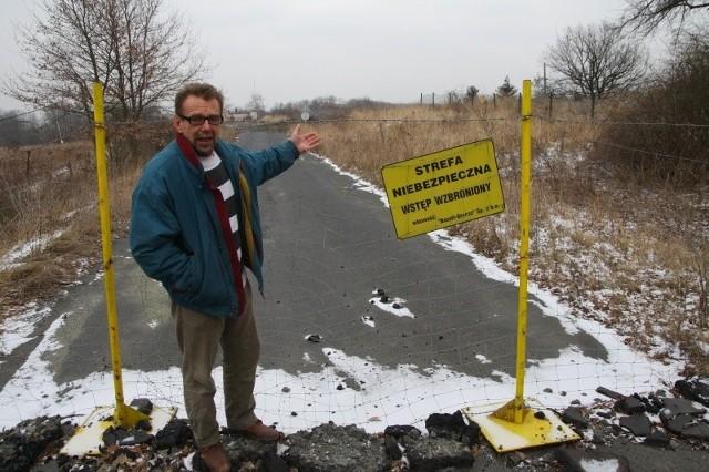 - Już dwa i pół roku czekamy na odbudowę tej drogi - denerwuje się Jacek Walas. - Starostwo Powiatowe nie zrobiło dotąd nic w tej sprawie.