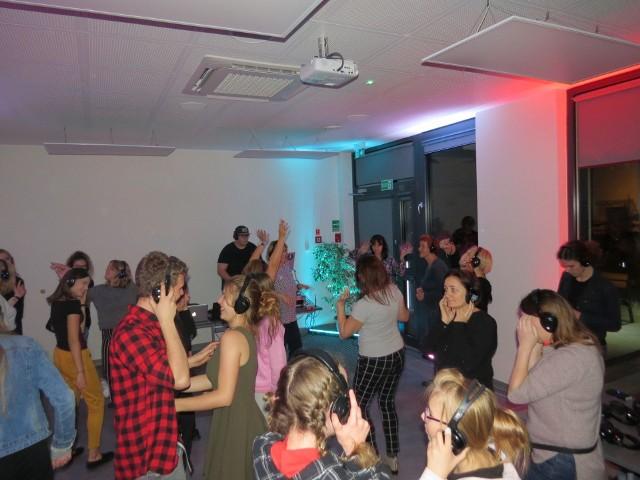 Podczas zeszłorocznej Nocy Bibliotek poznawaliśmy inne kultury, a także tańczyliśmy w słuchawkach