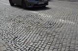 Rozjeżdżona ulica we Włocławku czeka na remont. I jeszcze poczeka [zdjęcia]