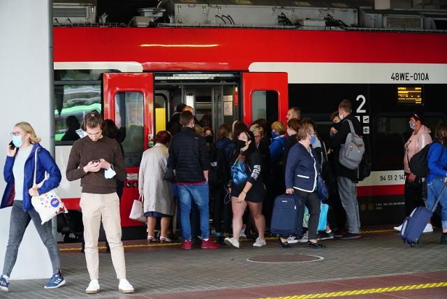 W pociągach Kolei Wielkopolskich nie brakuje pasażerów. Część z nich skarży się za to, że im samym brakuje miejsca