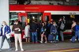 Zatłoczone pociągi i cisnący się ludzie. Koleje Wielkopolskie nie zachowują norm w czasach koronawirusa? To horror - mówią pasażerowie