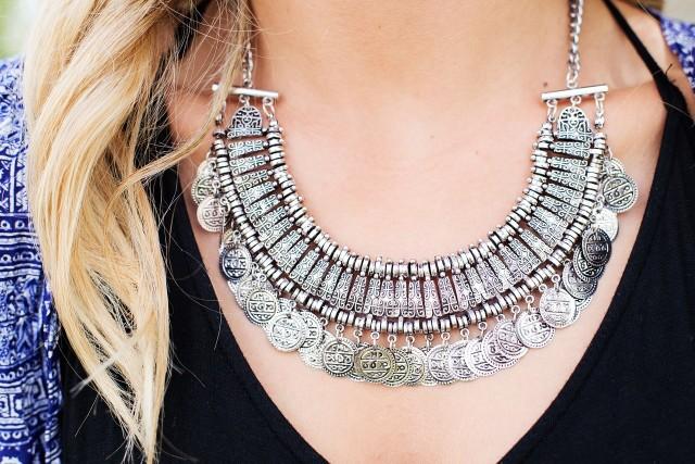 BiżuteriaTo coś wyjątkowego dla Niej. Kobiety uwielbiają biżuterię. Z pewnością piękny naszyjnik, pierścionek czy kolczyki będą strzałem w dziesiątkę.