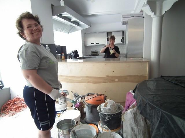 Niepełnosprawni, którzy poprowadzą Dobrą Kawiarnię pomagają w pracach remontowych