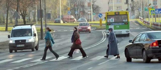 Cztery pasy do przejścia, nie zawsze zdyscyplinowani kierowcy - to sprawia, że pasy na ul. Wyszyńskiego są bardzo niebezpieczne?