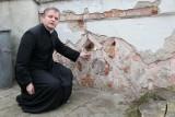 Mur przy kościele pw. św. Trójcy do remontu