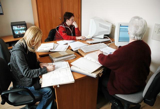Zapisy księgi wieczystej wpisanej do systemu można sprawdzić w XII Wydziale Ksiąg Wieczystych na pl. Żołnierza w Szczecinie. Jeżeli tylko księga jest wprowadzona do systemu informatycznego, na bieżąco można sprawdzić aktualny stan prawny nieruchomości, jej obciążenia i hipoteki.