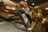 Płacenie kartą będzie jeszcze łatwiejsze. 100 tys. dodatkowych terminali płatniczych, głównie w małych sklepikach i punktach usługowych