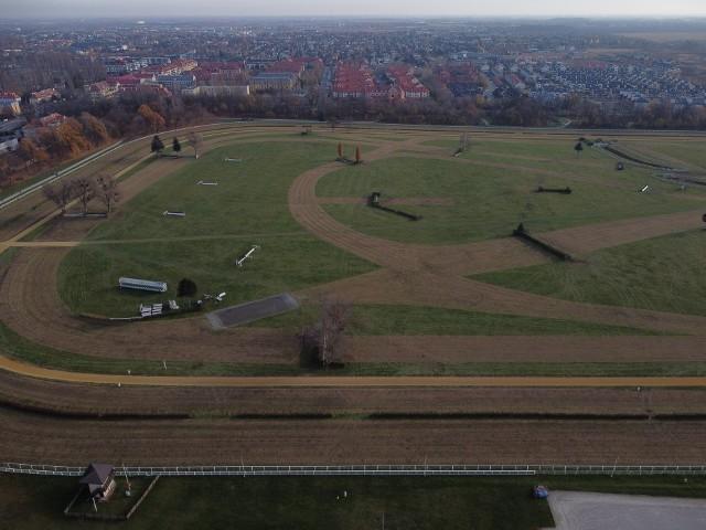 Porządki na wrocławskich Partynicach (ZDJĘCIA Z DRONA)200 ton trawy skoszonej z 10 kilometrów tras - na Wrocławskim Torze Wyścigów Konnych Partynice trwają jesienne prace, przygotowujące obiekt na nadchodzącą zimę. W wyniku prowadzonych działań nawierzchnia toru zmieniła swoje oblicze, doskonale widoczne są m.in. trasy toru przeszkodowego, na co dzień stanowiące jednolitą, zieloną przestrzeń.WAŻNE! Do kolejnych zdjęć przejdziesz za pomocą gestów na telefonie lub strzałek!